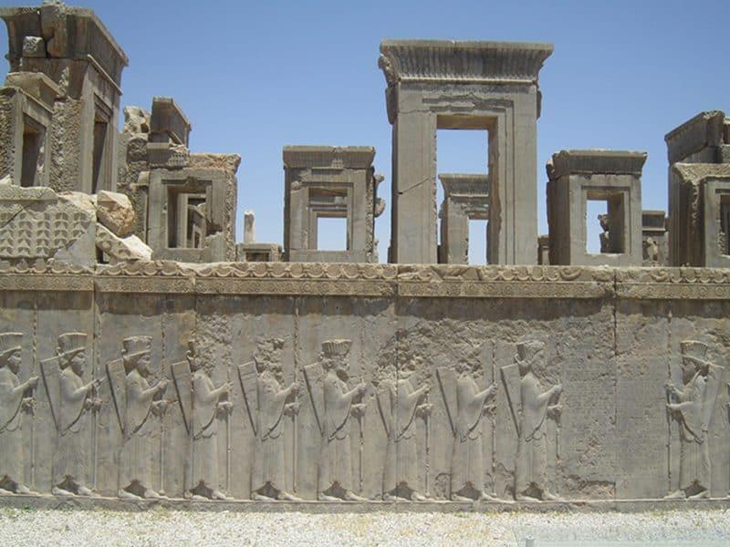 Reliefna poslikava na obzidju v Persepolisu v Iranu