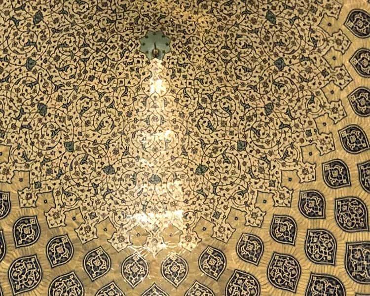 Pav v kupoli mošeje šahovske družine v Iranu