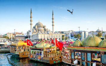 Predpraznični Istanbul in Yeni džamija z ladjicami v Zlatem rogu