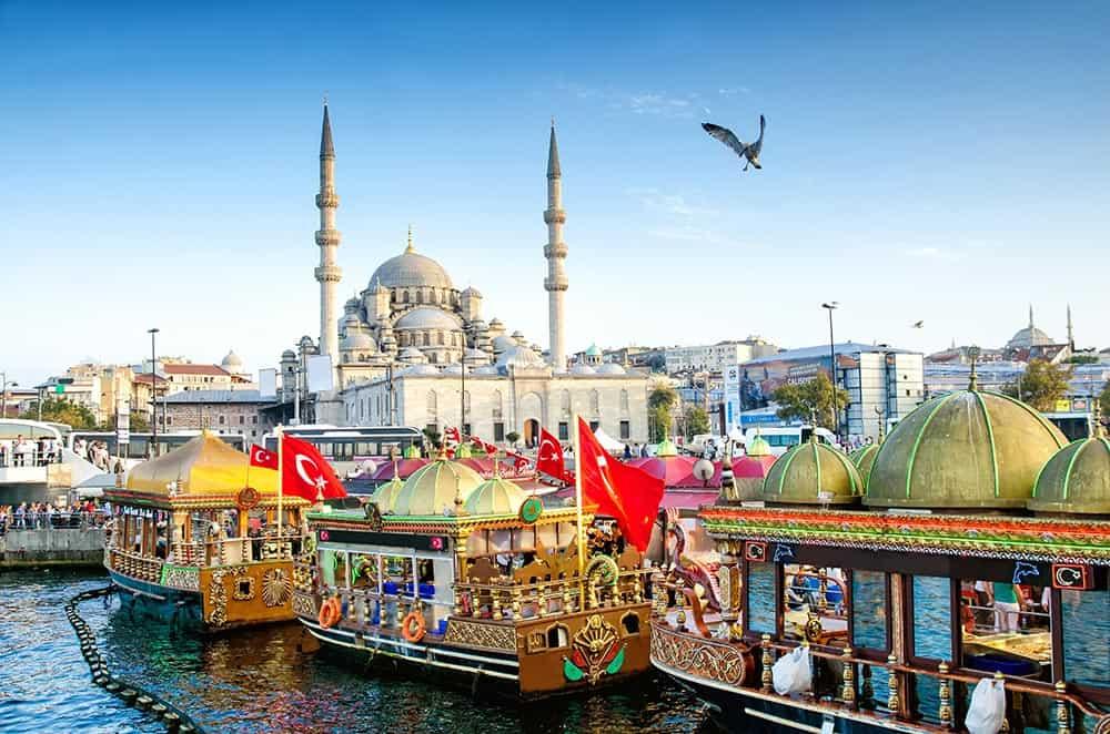 Istanbul Yeni džamija in ladjice v Zlatem rogu
