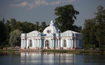 Palača v parku ob Volgi