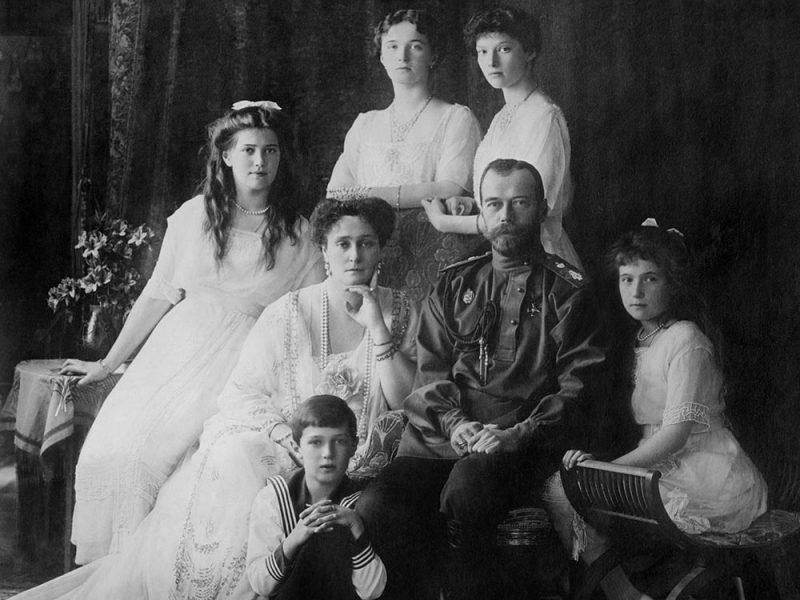 Car Nikolaj II z družino leta 1914 le nekaj let pred oktobrsko revolucijo