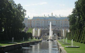 Palača Petehof in veličastni pogled s sprednje strani