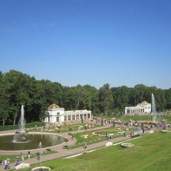 Pogled na park z vodometi ob palači Peterhof
