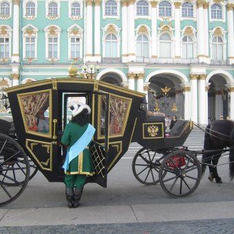 Sankt Peterburg in kočija pred Zimskim dvorcem in Ermitažem