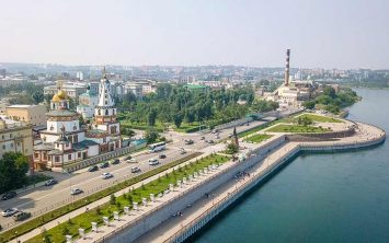 Irkutsk ob reki Angari s pogledom na katedralo