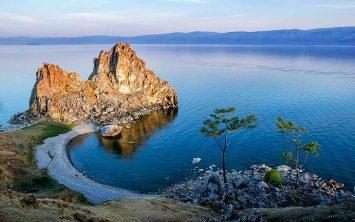 Otok Olhon in skala Shamanka na jezeru Bajkal