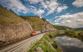 Transibirska železnica ob jezeru Bajkal v Sibiriji