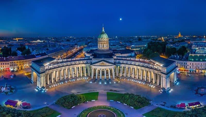 Nevski prospekt v Sank Peterburgu s pogledom na katedralo Kazan
