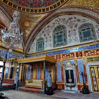 Sultanov prestol v palači Topkapi v haremu