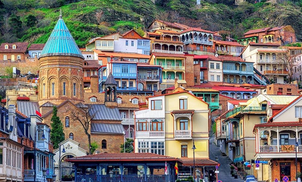 GRUZIJA-naslovna-Tbilisi-tradicionalne hiše z lesenimi izrezljanimi balkoni
