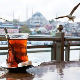 Turški čaj in Istanbul v ozadju