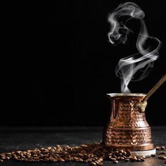 Turška kava v bakreni džezvi v Istanbulu