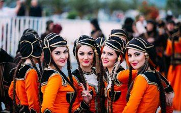 Gruzija in ženke oblečene v tradicionalno nošo