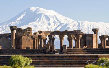 Armenija in ruševine katedrale Zvartnots s pogledom na goro Ararat