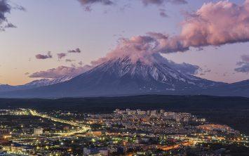 Petropavlovsk v Kamčatki pod veličastnim vulkanom