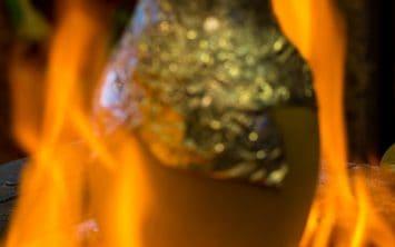 Testi kebab v Kapadokiji kuhajo v glineni posodi nad ognjem