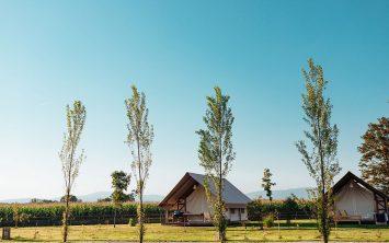 Pogled na šotore v Kolpa glamping resortu