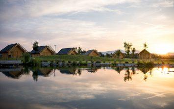 Hiške in ribnik v Kolpa glamping resortu