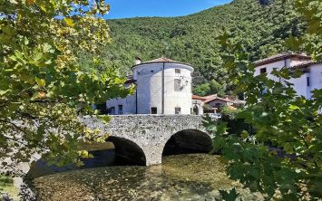 Most in stolp gradu Tabor v Vipavi